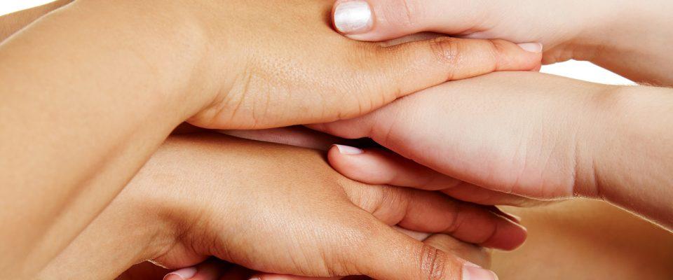 Viele Leute stapeln ihre Hände als Konzept für Teamwork und Hilfe