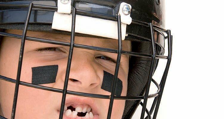 Junge mit Eishockey-Helm